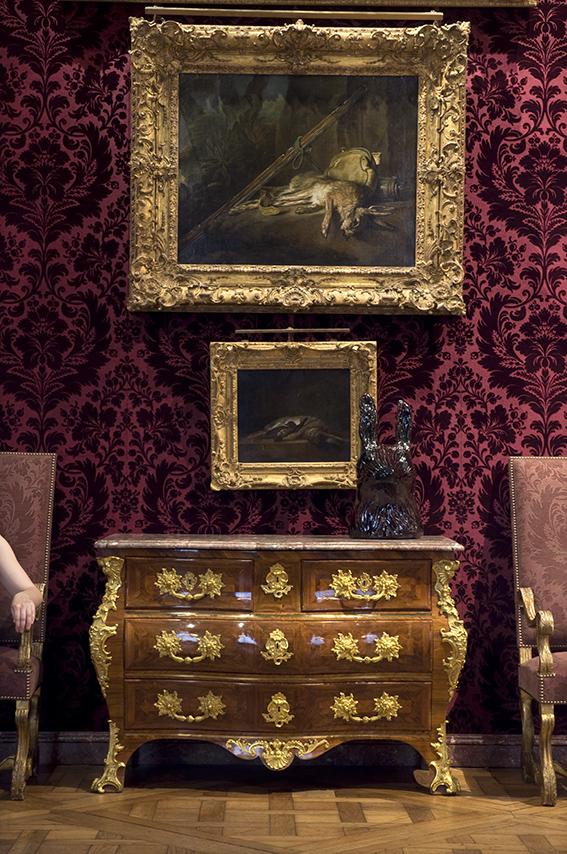 Commode tombeau de Guillaume Schwingkens (milieu du XVIIIe siècle), paire de fauteuils garnis, nature morte au lièvre et fusil (vers 1730), Aude, nature morte avec lapin, grives et quelques brins de paille (vers 1750). Musée de la Chasse et de la Nature. 2012