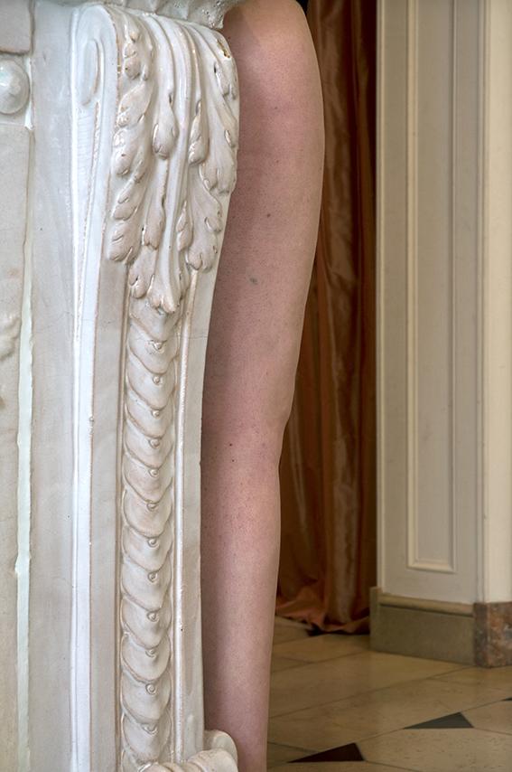 Poêle aux accessoires de chasse en faïence de Strasbourg (deuxième moitié du XVIIIe siècle), Aude, rideaux satinés rouges. Musée de la Chasse et de la Nature. 2012