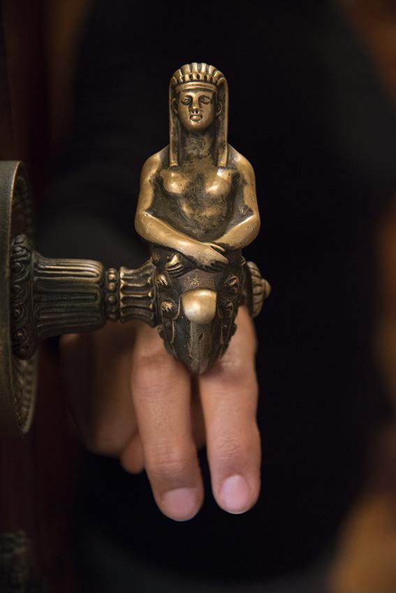 Figura antiga, detalhe escultórico em bronze de uma maçaneta de porta, Ada. Museu da República/Ibram/MinC/2015