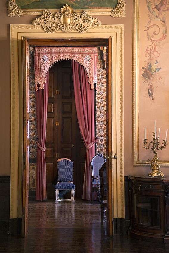 Salão Mourisco decorado no estilo mudéjar, com base na decoração do Palácio de Alhambra (Granada, Espanha), Ada, sanefa em madeira policromada com motivos hispânico-mouriscos, par de cortinas vermelhas, candelabro de bronze. Museu da República/Ibram/MinC/2015