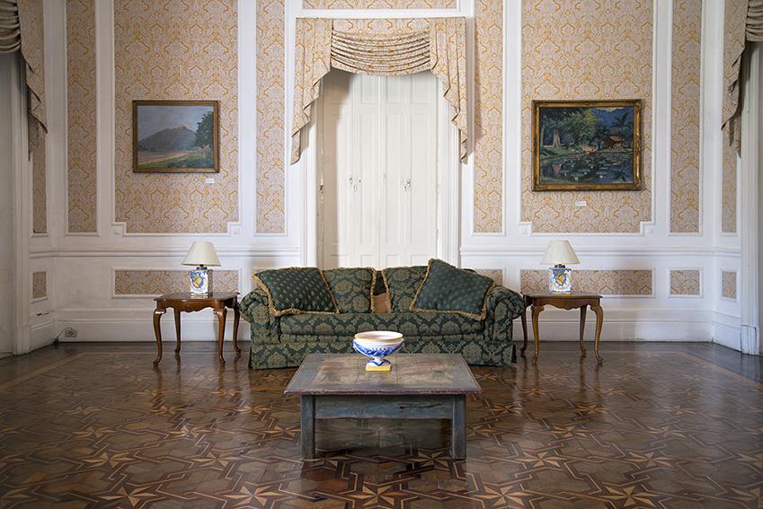 Sofá moderno, grande mesa de café de madeira, Ada, par de lâmpadas colocadas em pequenas mesas de madeira. Palácio Rio Negro/Ibram/MinC/2015