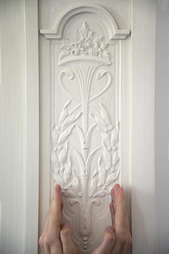 Detalhe de um armário de madeira pintada de branco, Julien. Palácio Rio Negro/Ibram/MinC/2015