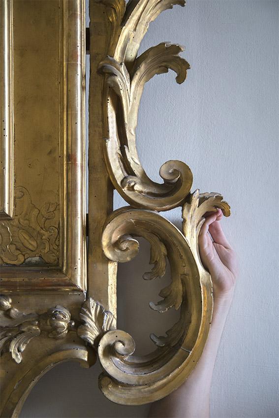 Détail d'un grand miroir doré richement sculpté produit dans les ateliers de Gênes au XVIIIe siècle. Villa del Principe, Palais d'Andrea Doria, appartements privés, 2016