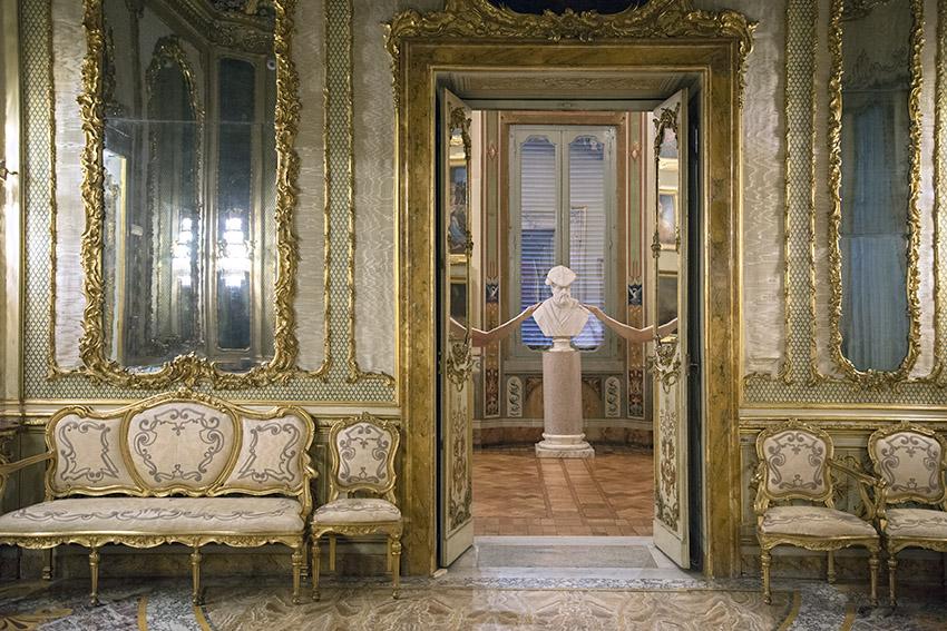 Canapé et chaises romaines du XIXe siècle, Françoise, buste d'Andrea Doria par Galassi de 1844, Julien. Palais Doria Pamphilj, appartements privés, 2016