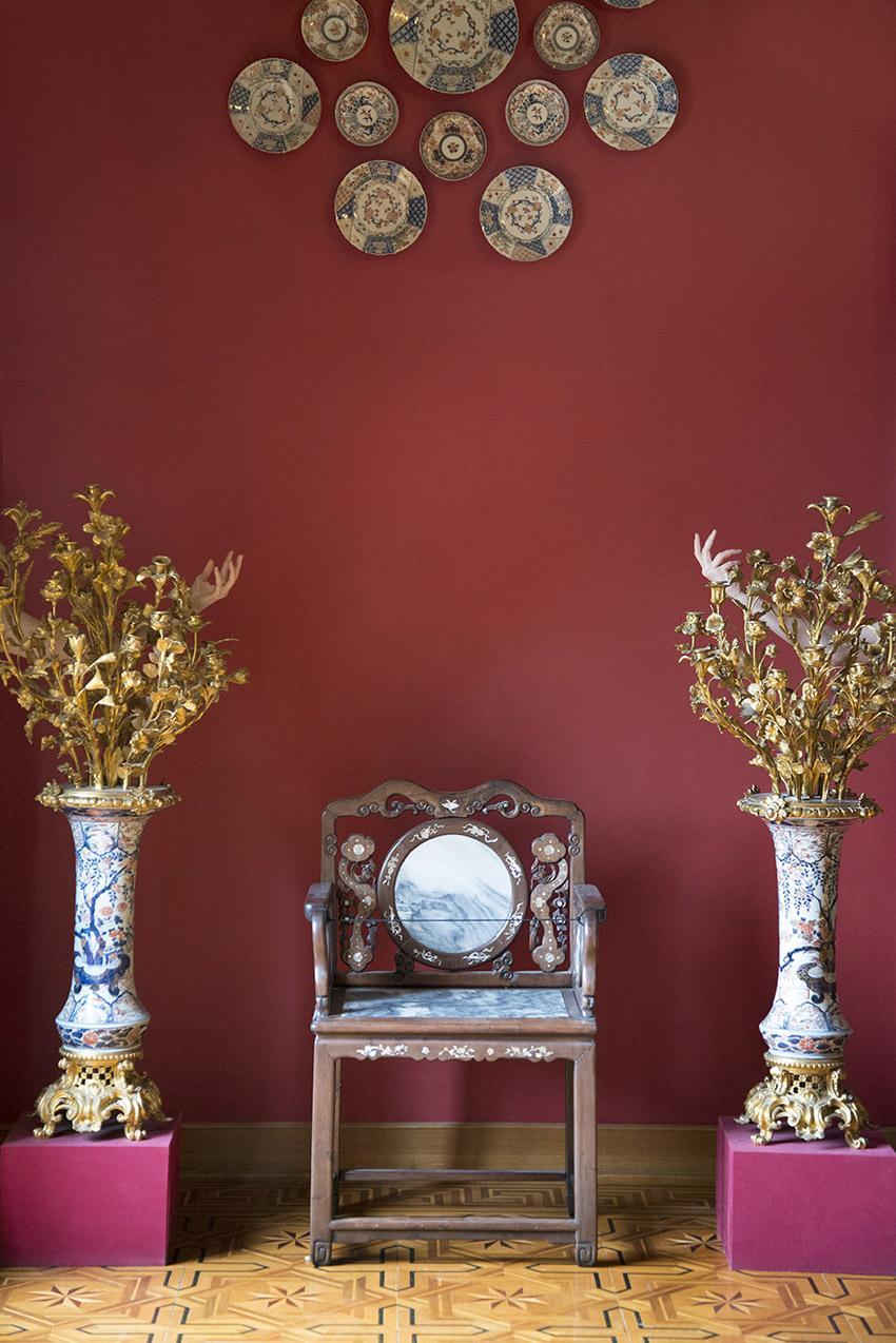 Paire de vases montés en chandeliers, porcelaine « Imari », Japon, 1ère moitié du XVIIIe siècle, Julien, fauteuil « travail du Tonkin », XIXe siècle, Carole. Musée Ariana, Ville de Genève. 2018