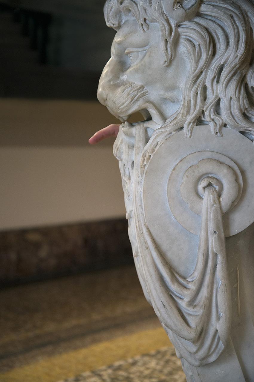 Pied de table en marbre représentant une tête de lion, Julien. Musée Ariana, Ville de Genève. 2018