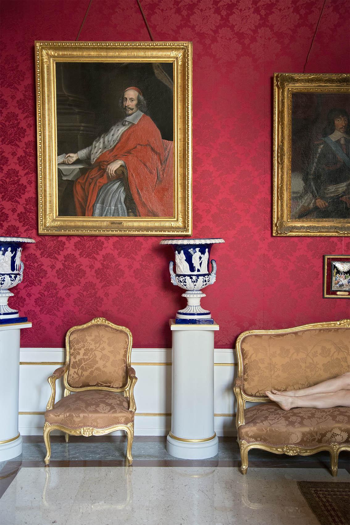 Portrait du Cardinal Mazarin par Nicolas Mignard (1606-1668), vase forme Médicis en faïence décoré en relief blanc sur fond bleu, Carole, fauteuil de salon en bois doré mat et brillant, style Louis XV d'époque Napoléon III. Palais Princier de Monaco. 2018