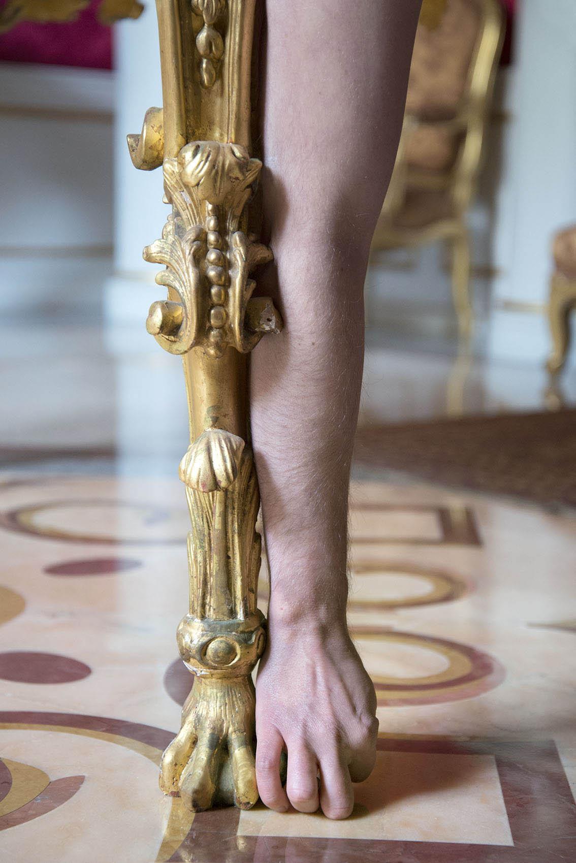 Table de milieu en bois sculpté redoré mat et brillant bruni, Italie, style XVIIIe du XIXe, Julien. Palais Princier de Monaco. 2018