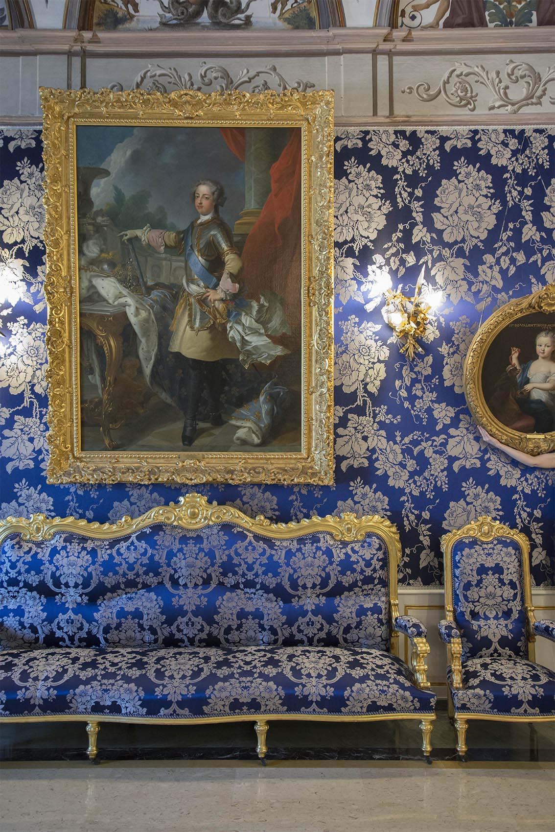 Louis XV par François Albert Stiemart d'après J.B. Van Loo, canapé six places de style Louis XIV, Carole, Charlotte Grimaldi enfant par Pierre Gobert (1662-1744). Palais Princier de Monaco. 2018