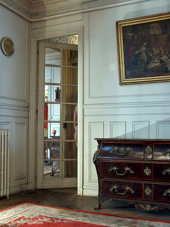 Commode d'époque Régence. Adoration des Bergers, école hollandaise vers 1600. Aude. Tapis de Chine à fond rouge. 2005