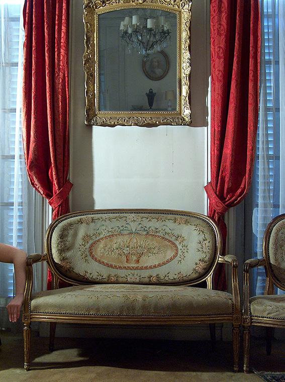 Canapé garni de tapisserie à médaillons fleuris de style Louis XVI. Paire de fauteuils à dossier médaillé en cabriolet, garni de tapisserie à médaillons fleuris, estampillé J.B. Boulard, époque Louis XVI. Aude. Miroir d'époque Louis XV. 2005