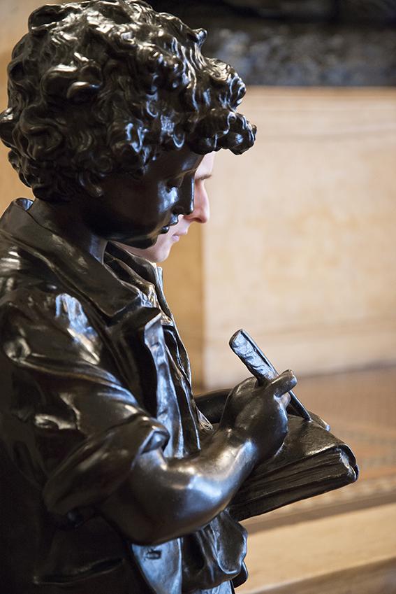 """""""A escrita"""", escultura de bronze, Julien. Museu da República/Ibram/MinC/2015"""