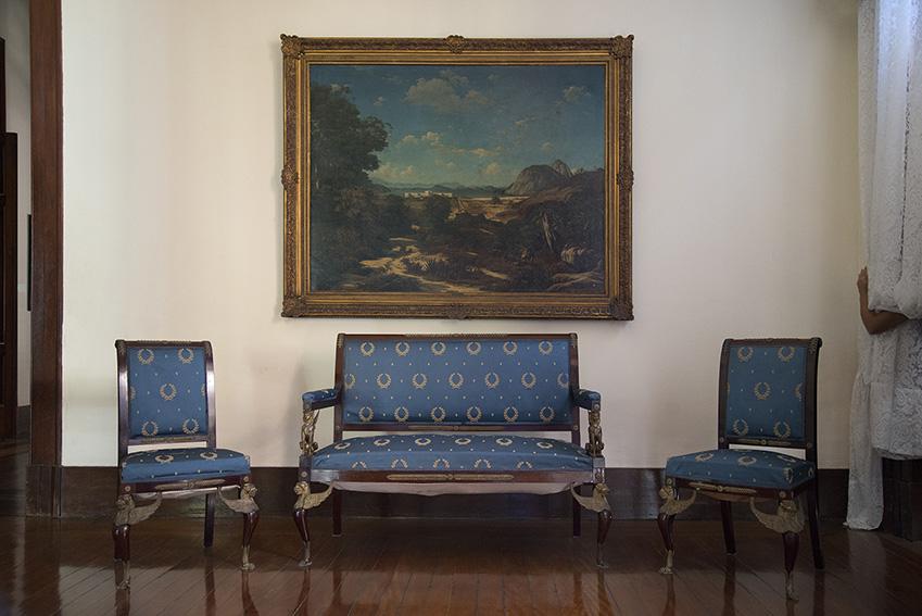 Um sofá e duas cadeiras com um tecido azul com coroas bordadas, período do Império, Ada. Museu Imperial/Ibram/MinC/2015