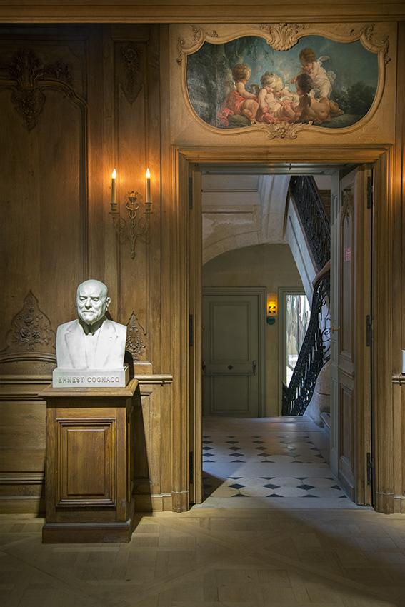 Buste d'Ernest Cognacq, Line, groupe de cinq Amours jouant avec des colombes de Jean-François Clermont  (1761). Paris, Musée Cognacq-Jay. 2016