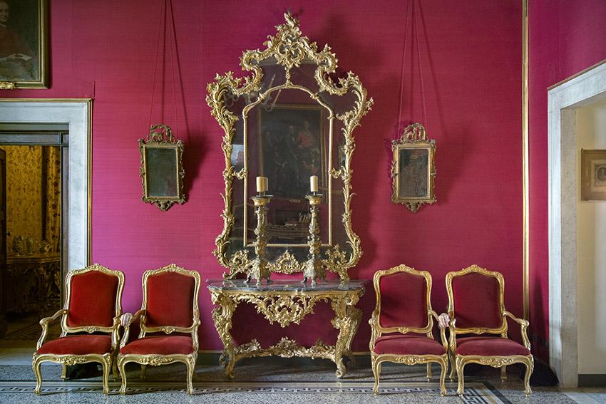 Console et miroir dorés sculptés produits dans les ateliers de Gênes au XVIIIe siècle, Françoise, fauteuils avec velours rouge, Julien. Villa del Principe, Palais d'Andrea Doria, appartements privés, 2016