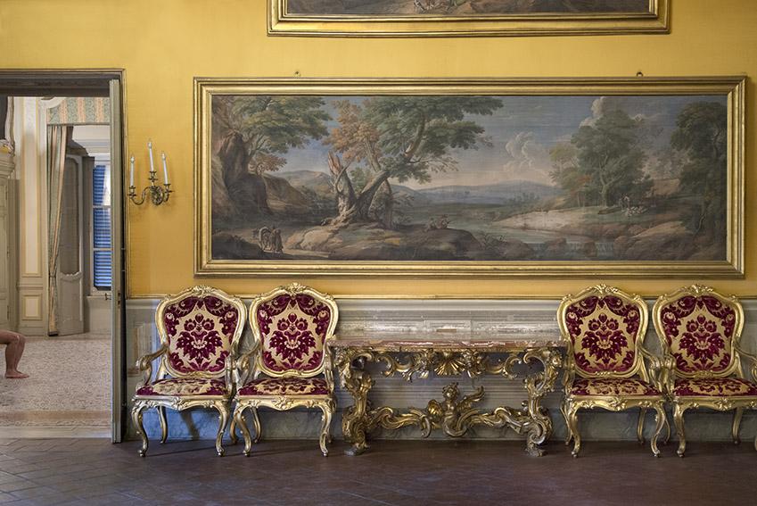 Console du XVIIIe siècle, grande peinture de paysage avec rivière, bergers et pêcheurs (1675-1702) de Giovanni Battista Giovannini, Léopold, fauteuils du XVIIIe siècle. Palais Doria Pamphilj, appartements privés, 2016