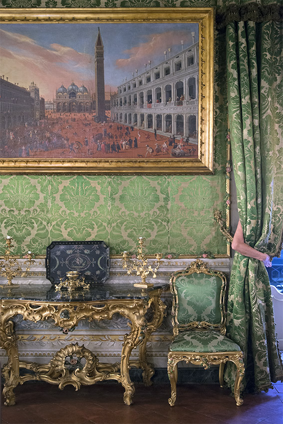 Peinture de Venise vue de la place Saint-Marc durant le carnaval (vers 1648), console vénitienne du XVIIIe siècle, Françoise, chaise du XVIIIe siècle. Palais Doria Pamphilj, appartements privés, 2016
