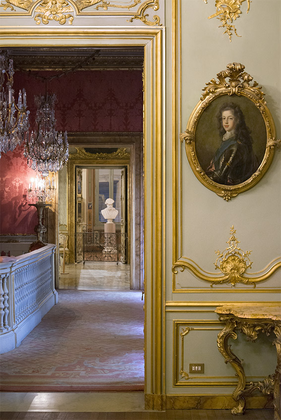 Portrait de Giacomo Stuart du XVIIIe siècle, lambris du XVIIIe siècle, Françoise, petite console du XVIIIe siècle. Palais Doria Pamphilj, appartements privés, 2016