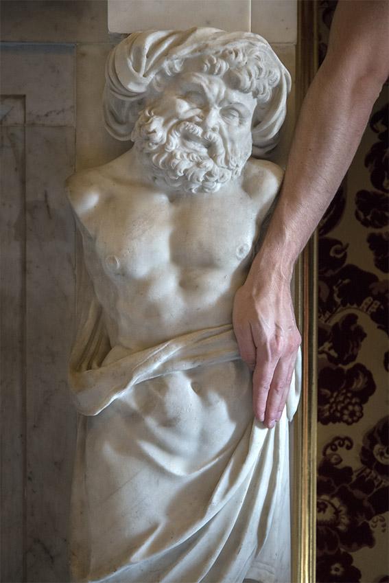 Détail d'une cheminée en marbre de Carrare représentant le buste et la tête d'un prisonnier turc, Alexandre. Villa del Principe, Palais d'Andrea Doria, appartements privés, 2016