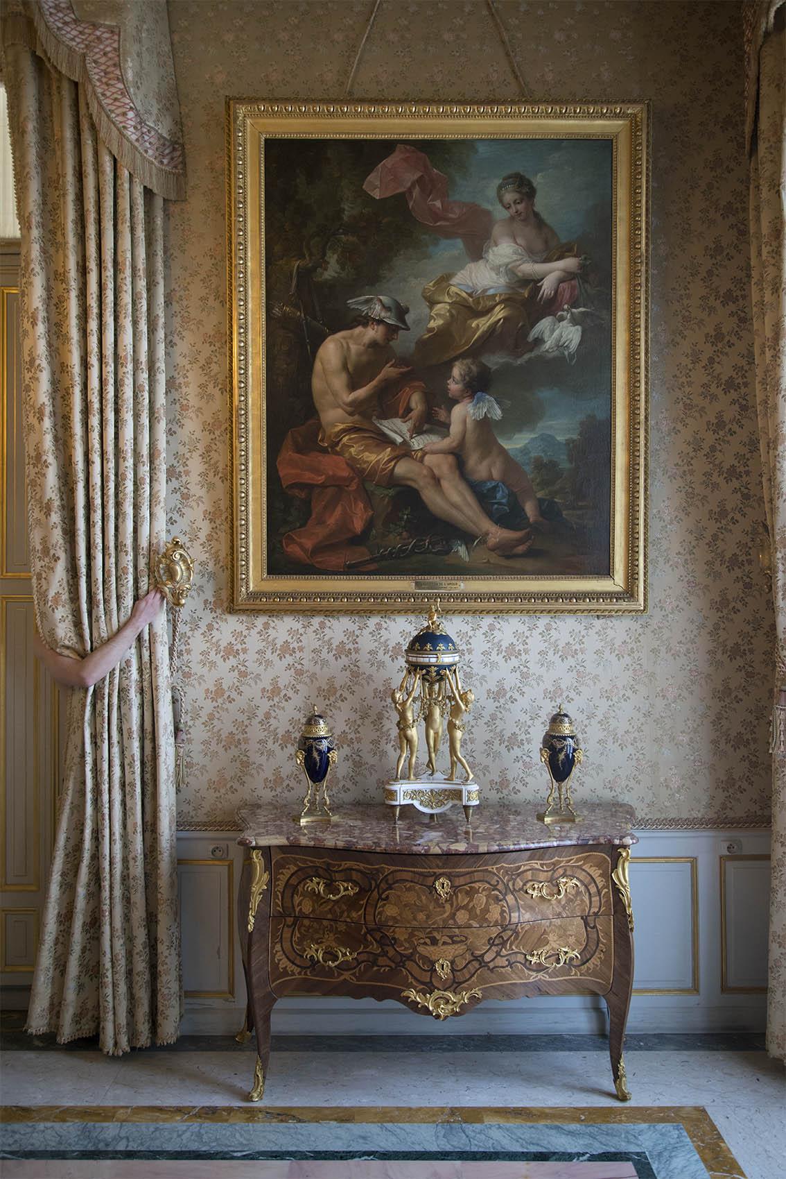 L'Education de l'Amour par Jean-Louis François Lagrenée (1724-1805), Alexandre, commode d'époque Louis XV. Palais Princier de Monaco. 2018